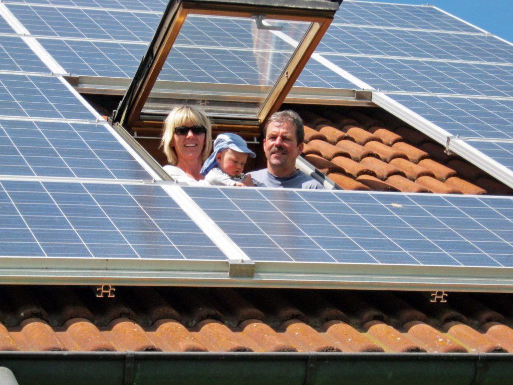 solarstrom_familie_dachfenster